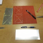 Encollage des plaques d'aluminium, servant à la fois à rigidifier et à protéger des lectures sans contact.