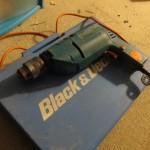 Pour les manches, j'ai besoin d'un tour à bois. Cette vieille Black et Decker est munie d'un variateur de vitesse et d'un blocage de la rotation...