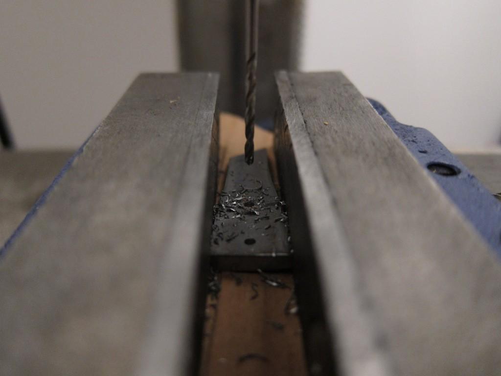 Les rivets seront sortis d'une tige en laiton de 1,5 mm de diamètre. Je perce en conséquence.
