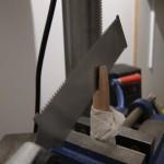 Découpe des manches pour y glisser les lames. Cette scie fait des merveilles même si à la réflexion j'aurais du utiliser une défonceuse avec une toupie de 3 mm. Notez les mordaches sur l'étau pour ne pas marquer le bois.