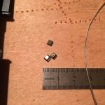 Le transistor d'origine, dessoudé (à droite) et le transistor équivalent qui le remplacera (à gauche).