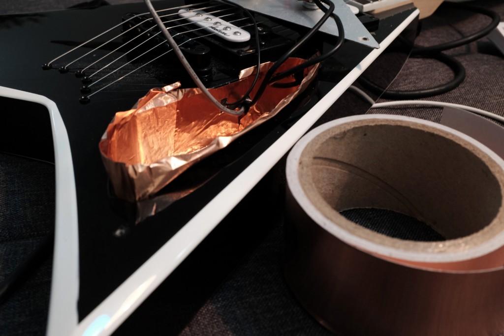 Application des feuilles de cuivre autoadhésives